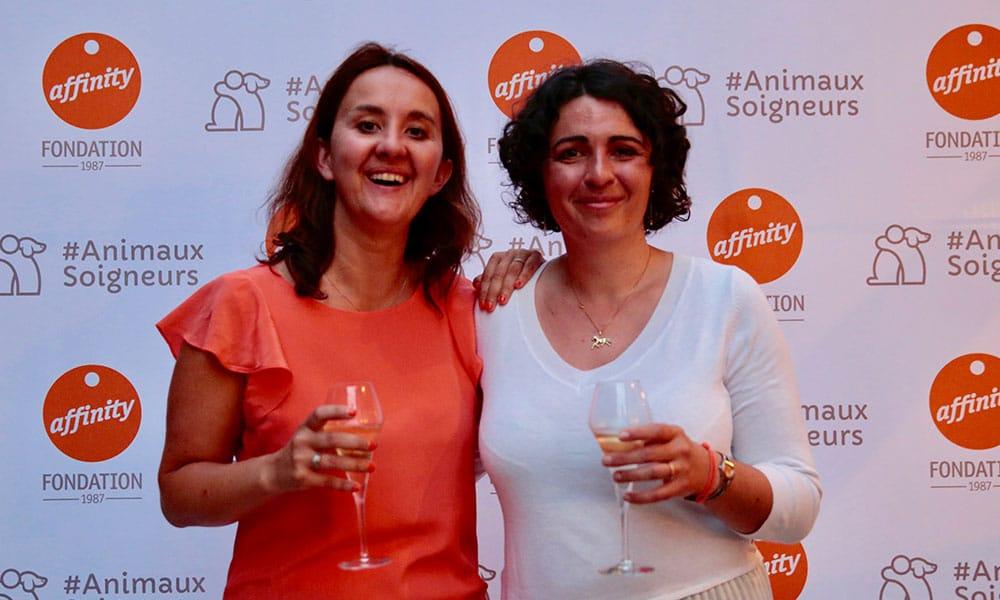 Fondation Affinity. Perrine Jost (droite)Responsable France de la Fondation Affinity de Affinity Petcare (membre de la FACCO) et Aurélie Bynens, chargé de mission de la FACCO à l'occasion de laCérémonie de remise des prix de l'Appel à Projets #AnimauxSoigneurs.